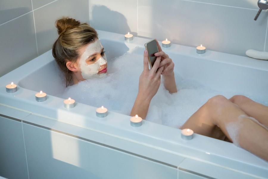 Sērfo internetā ēdot, ejot pa ielu un pat sēžot vannā