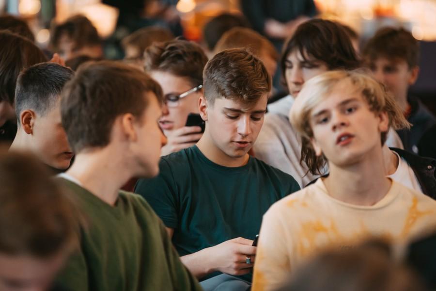 Katrs trešais Latvijas jaunietis mēdz lasīt vecāku sarakstes internetā